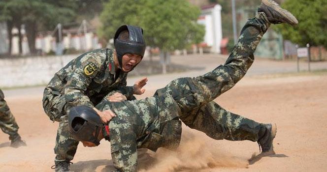 到底谁能放倒谁?且看武警官兵沙坑擒敌训练