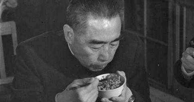 周总理一张埋头吃饭的照片,为何感动无数国人?