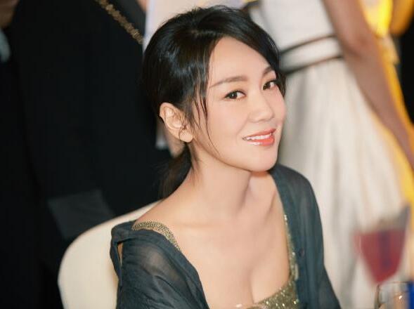 """闫妮终于承认和赵本山的""""真实""""关系,难怪46岁还单身一人"""