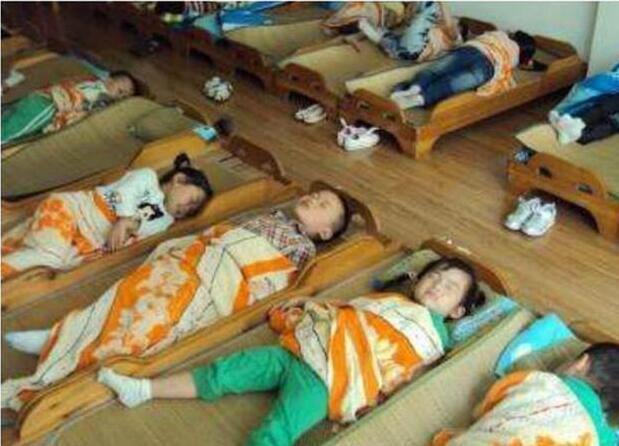 幼儿园老师晒了一张孩子午睡照,家长看不下去了!