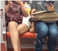 男子用包做掩护,摸邻座女性大腿!全程被现场直播!