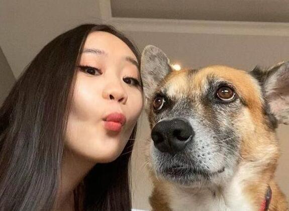 李连杰小女儿晒近照,16岁即烈焰红唇,抱狗合影坦言与他感情深