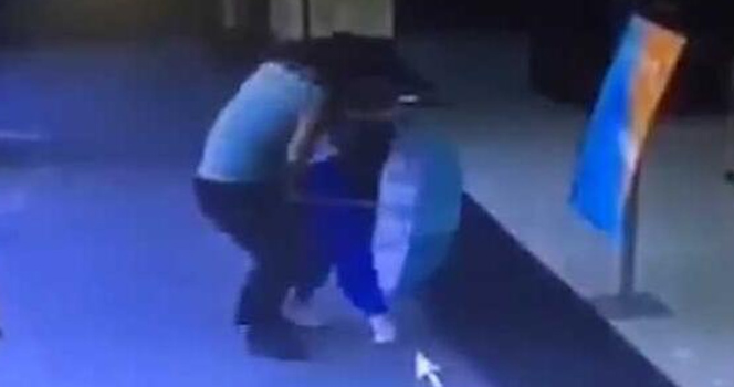 校服女孩遭陌生男子强吻猥亵 一把将色狼推开