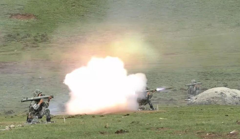 国产新型双联单兵火箭筒亮相高原演兵场:一发打爆坦克靶标
