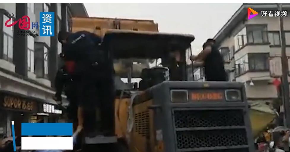 河南栾川一男子开铲车碾压特警车辆,警方通报