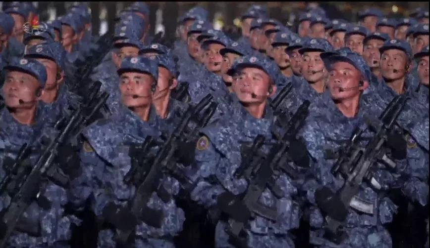 朝鲜新枪神似中国95?朝鲜阅兵的无托新枪,我怀疑并不能打响