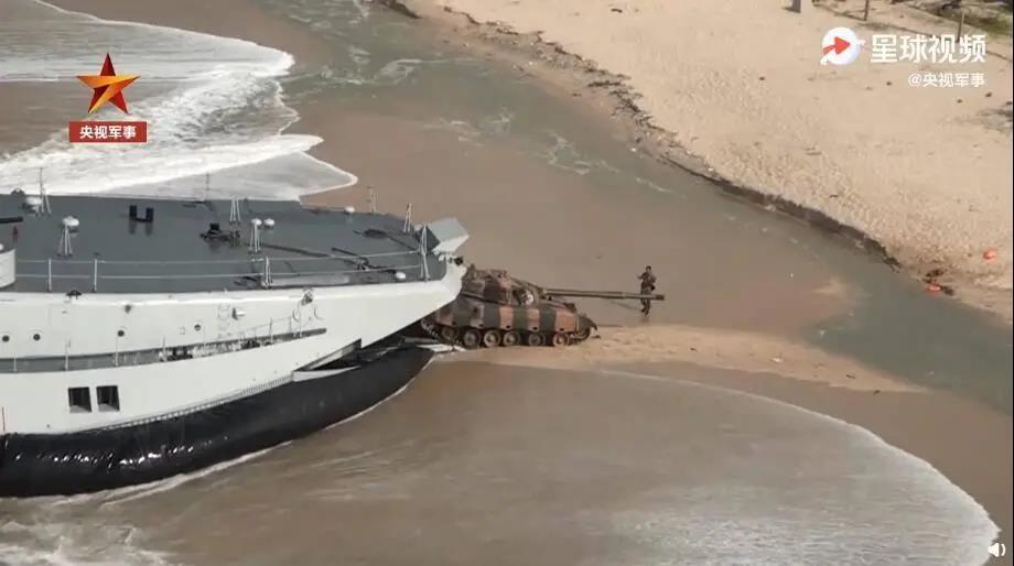 解放军登陆舰训画面曝光:内部战车黑压压的一片