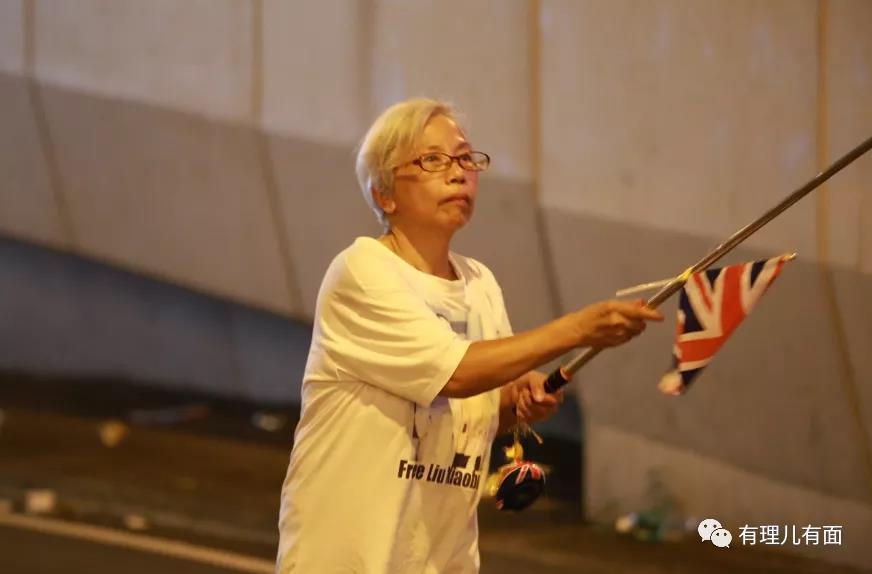"""香港这个""""王婆""""厉害了!不卖瓜,专卖国!"""