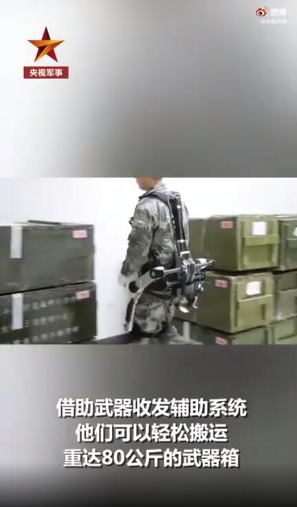 太科幻!兵哥穿机械外骨骼搬运报废武器
