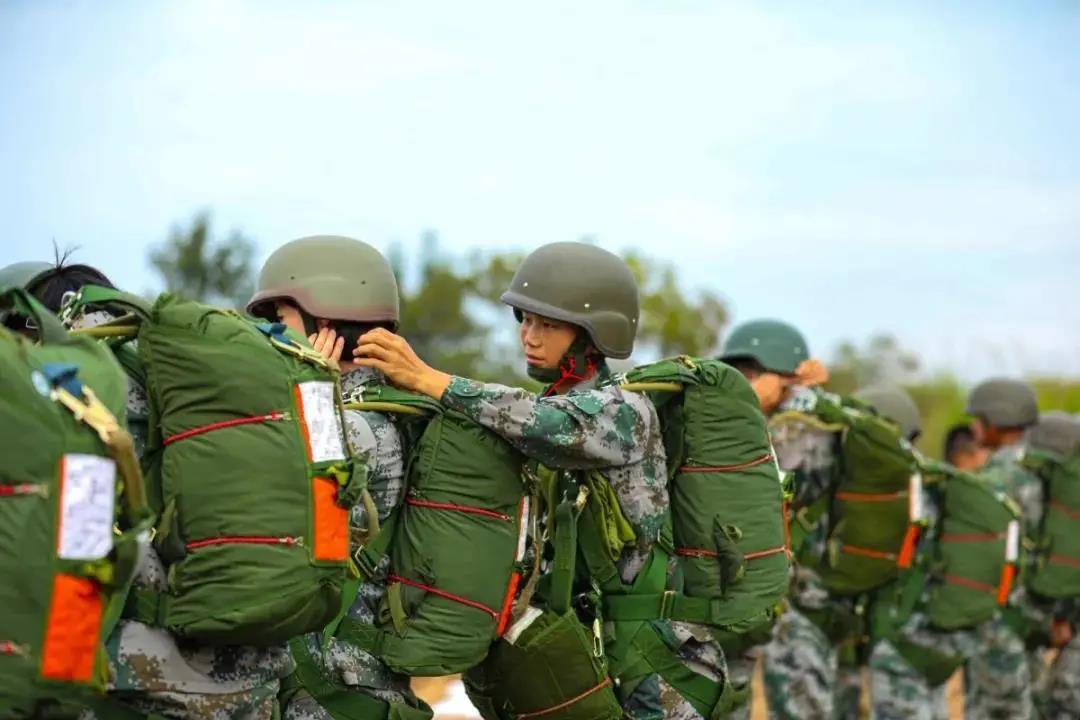 高空跳伞是什么感觉?看这群特战女兵!