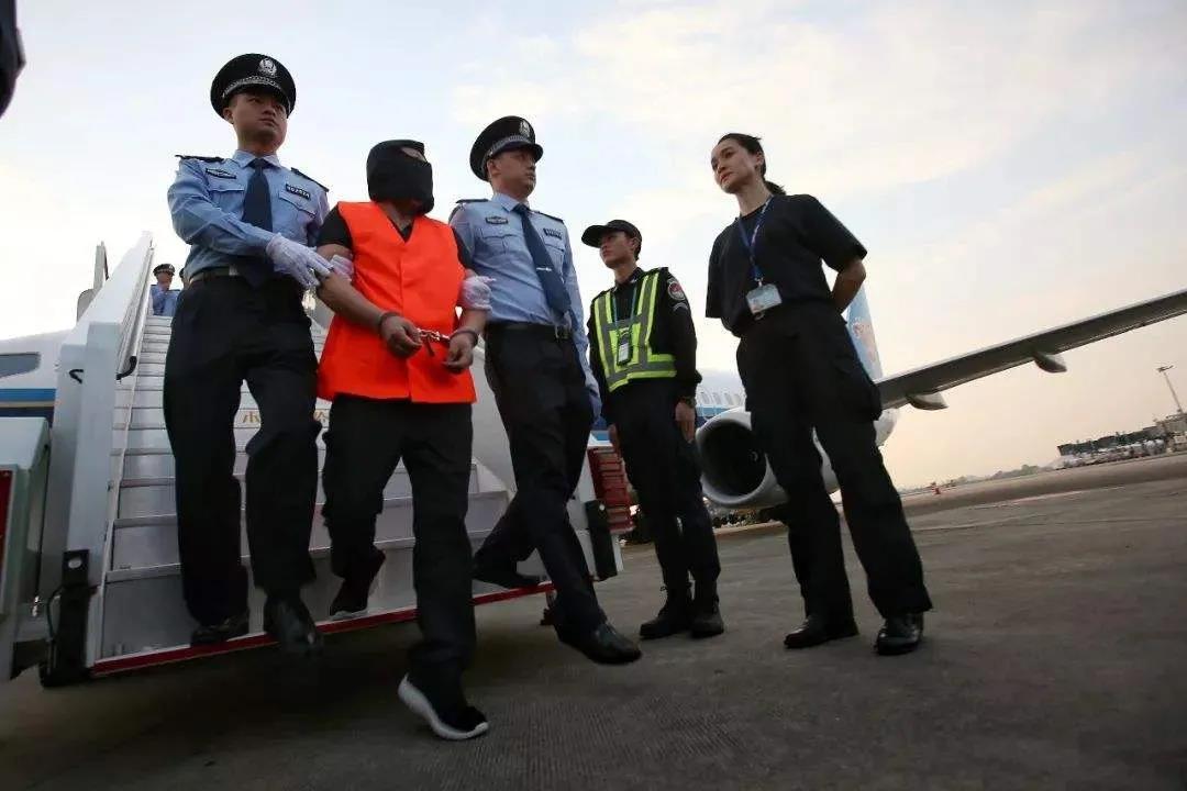 """美国悍然抓捕5名""""猎狐""""人员,这是要与仇视腐败的中国公众为敌"""