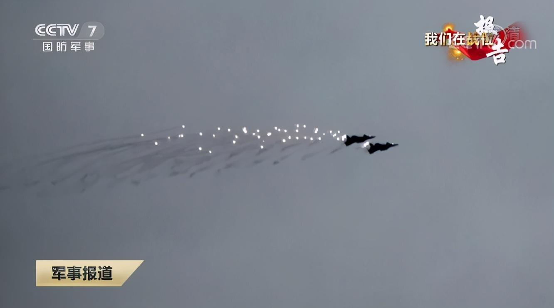 歼-20多机编队实战演训画面曝光,还首次出现双机编队抛洒干扰弹