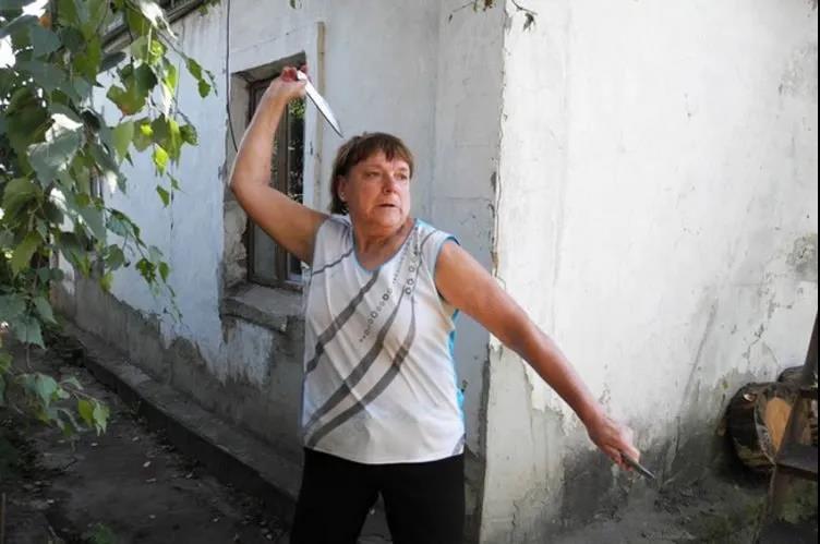 神似默克尔的俄罗斯飞刀大妈,只练一个月就打败了特种兵