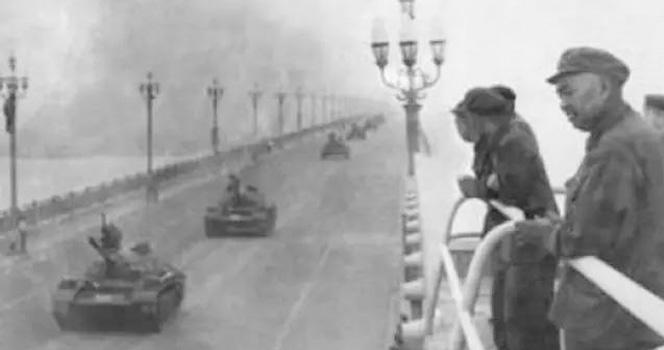 毛主席一句话,许世友上将亲率80辆坦克碾压南京长江大桥!