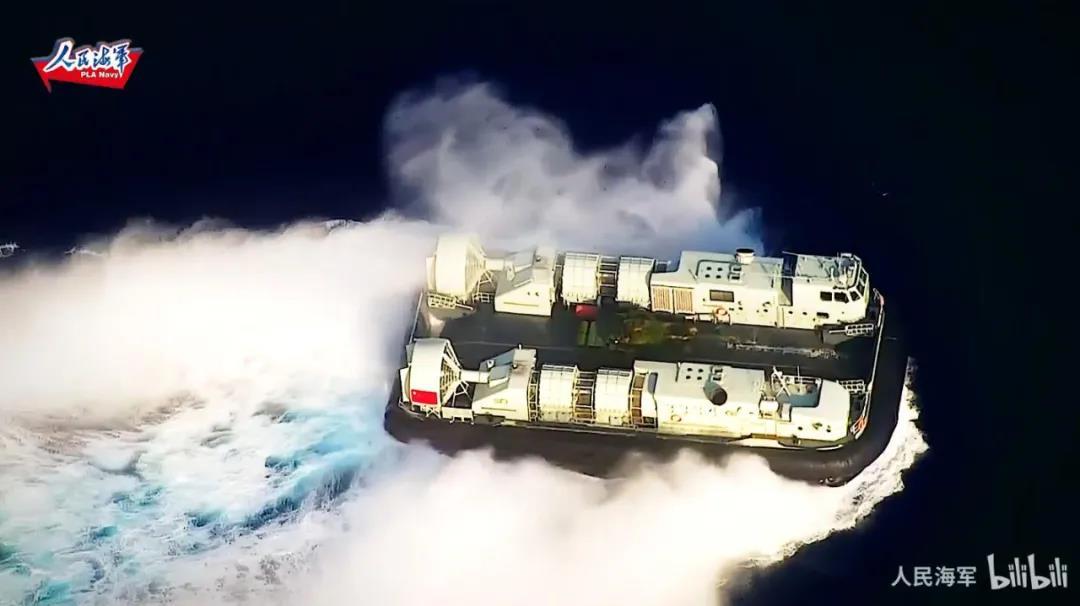 """国产气垫船载着坦克抢滩啦!我军公开""""千军万马过海峡""""关键一环"""