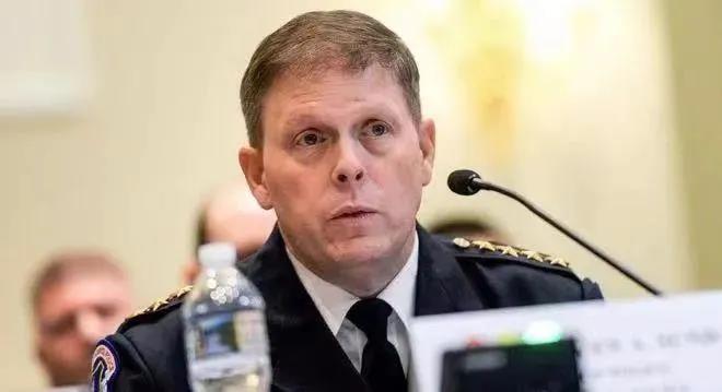 """美国国会警察双标,局长16日辞职,17日""""勤王军""""还要杀回来?"""