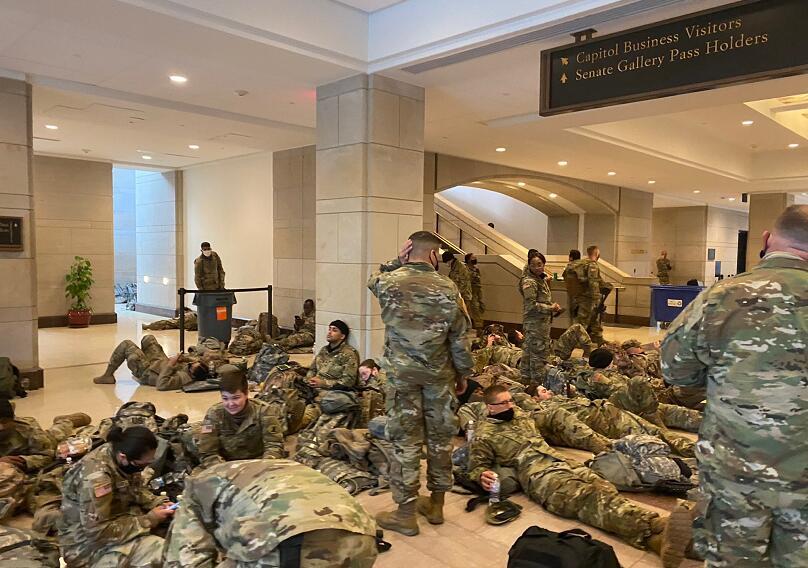 """组图:在国会中""""席地而坐""""的美国大兵"""