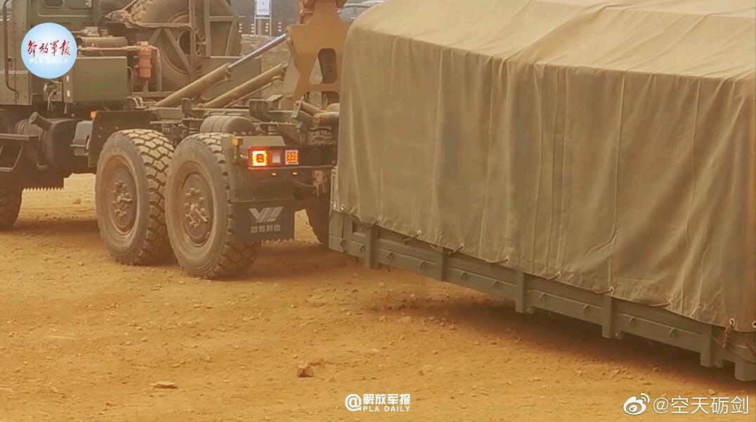 组图:解放军新型军用卡车 采用模块化设计可快速装卸