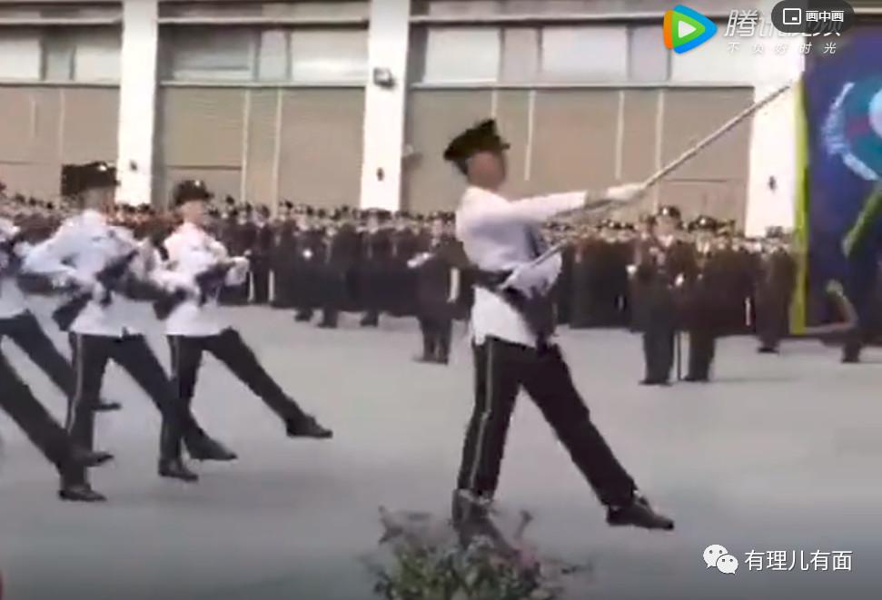 香港警察迈着解放军的步伐走来了!