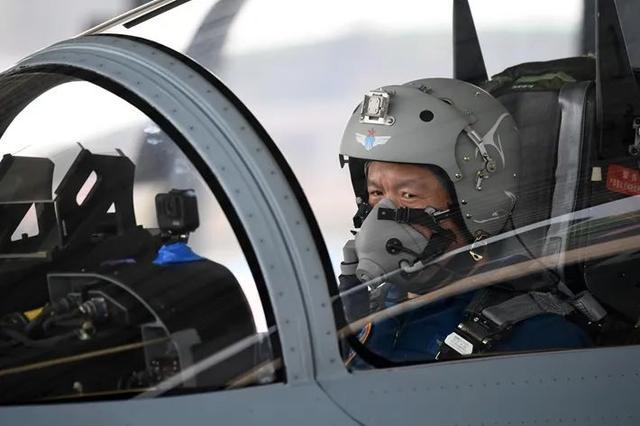 向蓝天报到!战机避开居民区一等功飞行员复飞