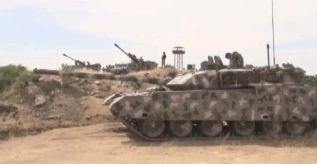 中国产VT-4型主战坦克非洲参战 看黑叔叔如何驾驭世界顶尖坦克!