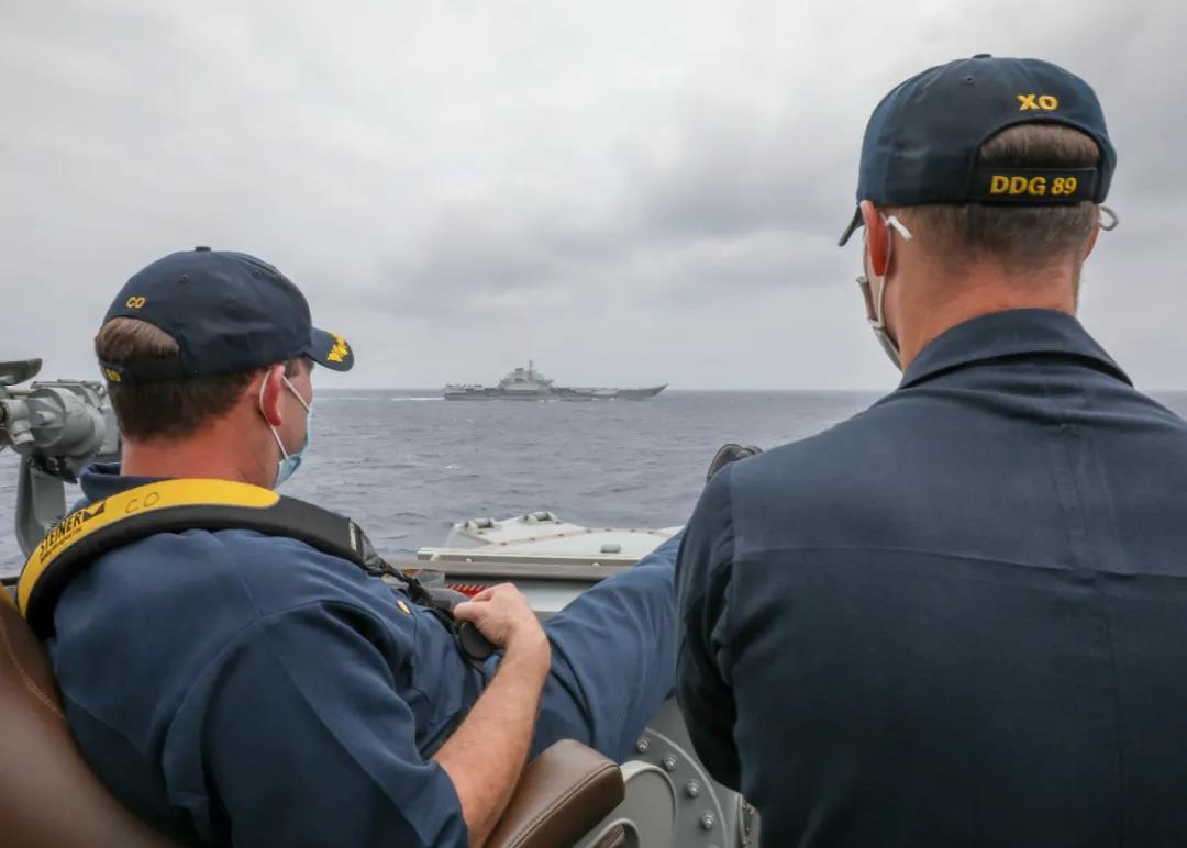 辽宁舰与美国海军驱逐舰在菲律宾海有了近距离接触