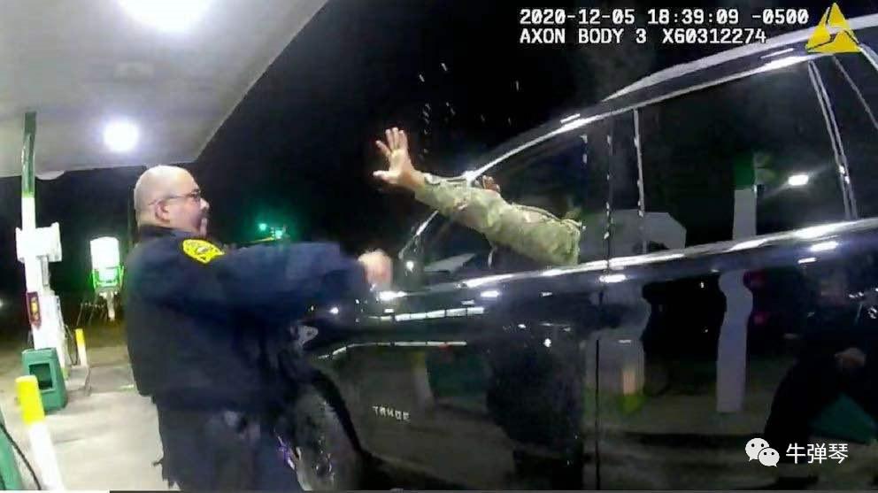 这是美国现在最热的话题 美国军官被美国警察揍了