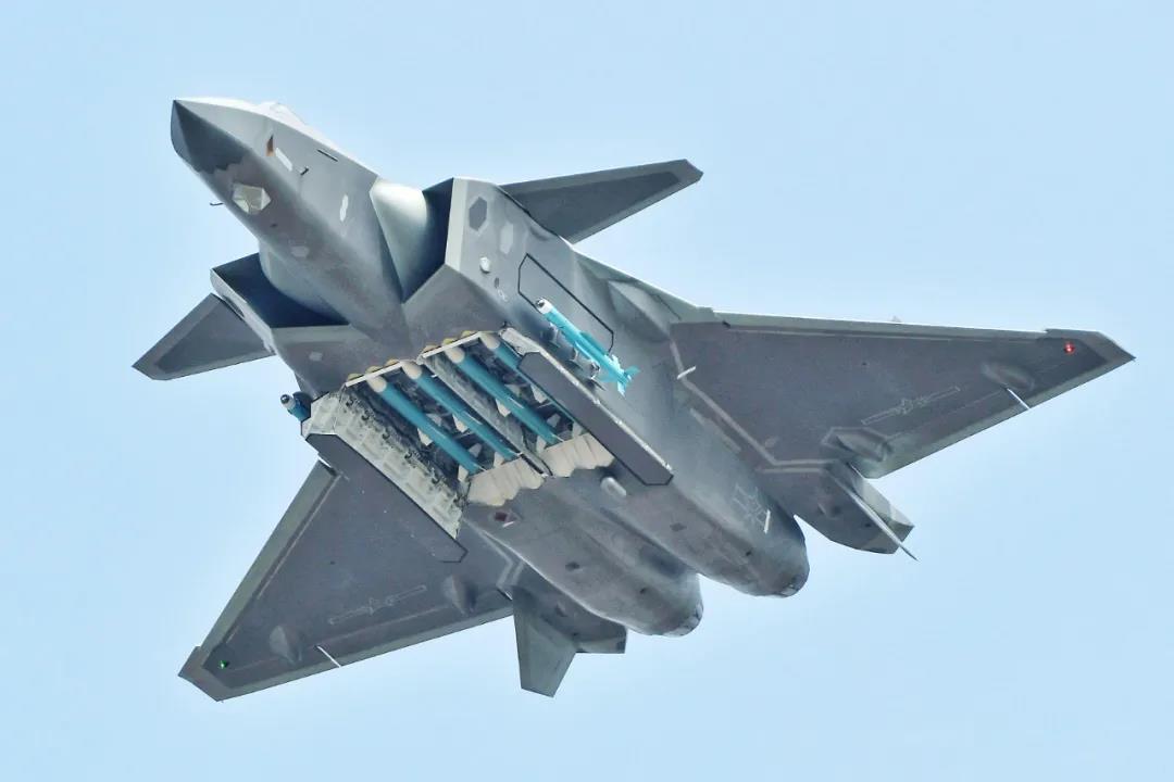 中国歼-20战机大特写曝光,与F-22、F-35、苏-57弹舱比哪家强?
