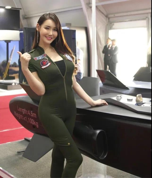 韩国空军请美女模特助阵 前凸后翘 却不及李成敏