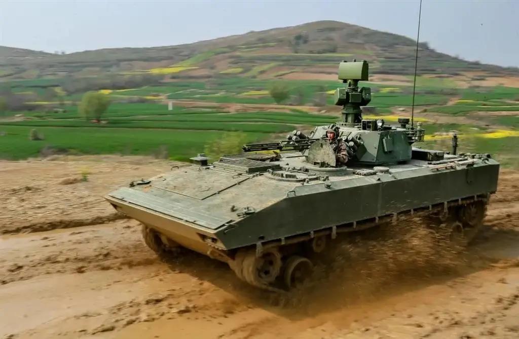 东部战区列装新型履带侦察车:升降电子桅杆+30毫米机关炮插图