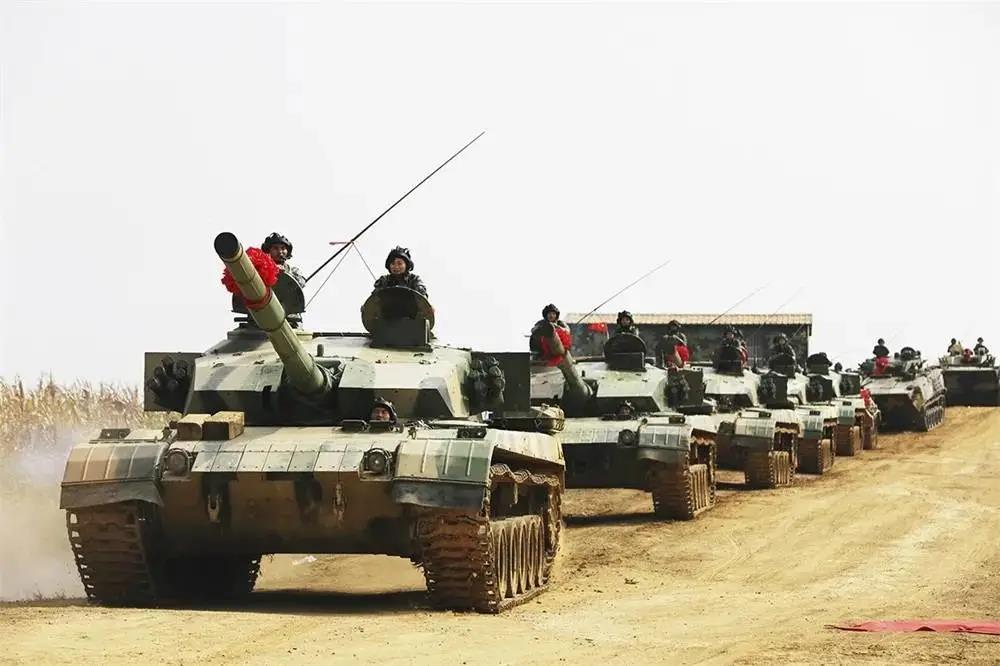东部战区列装新型履带侦察车:升降电子桅杆+30毫米机关炮插图1