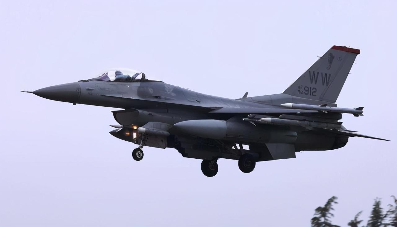 美媒:美国F-16携AIM-120对中国展示武力中国为何一点也不担心?插图