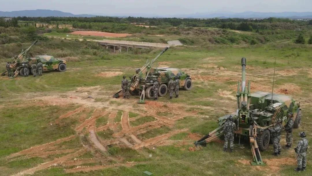 罕见!猛士三底盘的车载榴弹炮、电子侦察车、指挥车同框亮相演训场