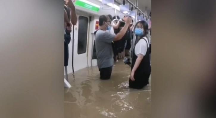 地铁列车停在了尴尬的位置