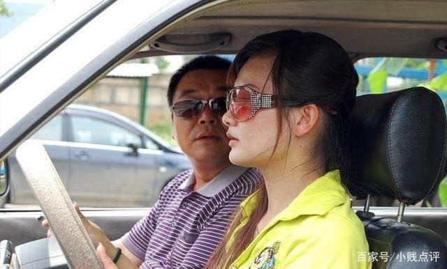 学车过程中遭教练强吻,女子忍无可忍怒报警,教练:我用嘴吸蚊子