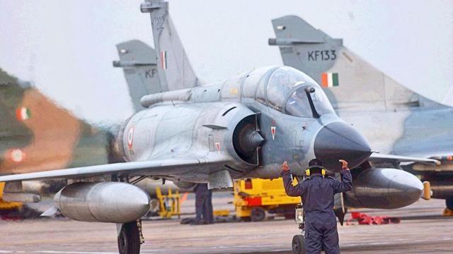 印军做好随时空袭准备,空军元帅亲自观察边境