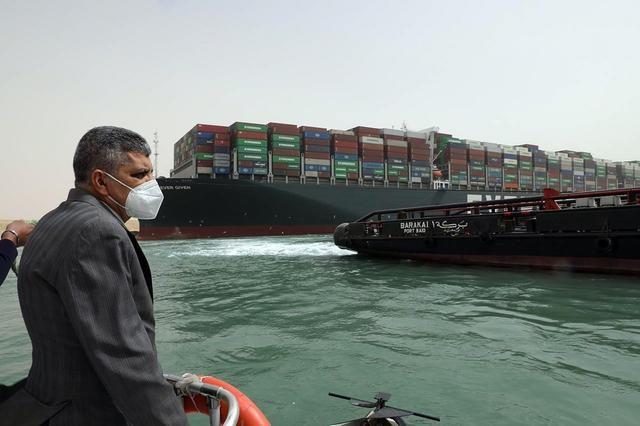埃及中止苏伊士运河交通,货船脱浅或需数日