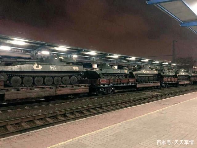 乌克兰大批坦克向边境集结,俄军28个战术营对其形成包围之势