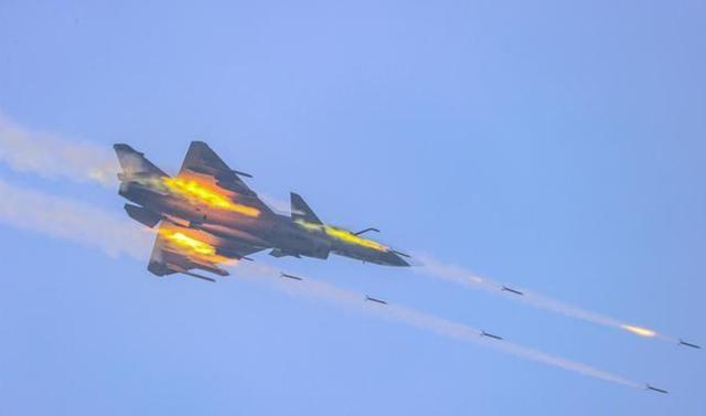 苏-30在南海上空飞越美航母 两国开展联合演习 挑动南海局势