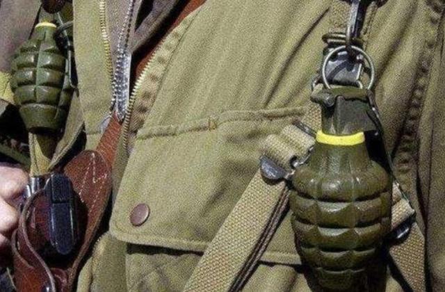 士兵身上挂着手榴弹,被子弹击中后会爆炸吗?专家:比中彩票还难