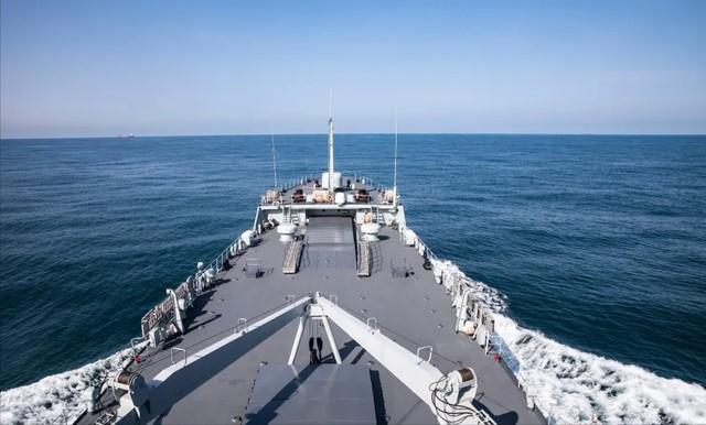 解放军登陆舰开始实弹训练,意味着什么?台独看了吓得屁滚尿流