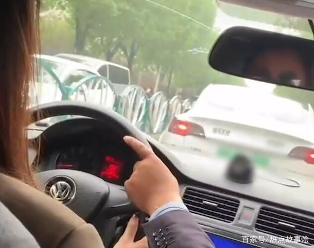 山东一教练带女学员练车遇特斯拉,立刻夺方向盘颤抖提醒:慢点啊