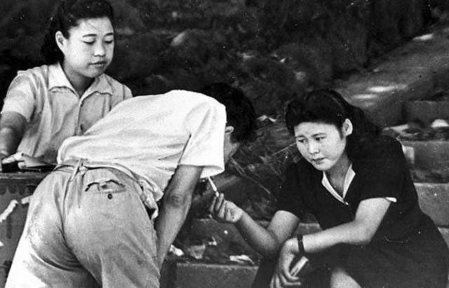 二战时期,日本女人都在做什么?她们做的恶并不少